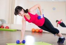 Ładny młodej dziewczyny sprawności fizycznej trening Zdjęcia Stock
