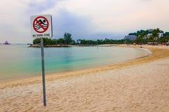 Żadny pływanie strefy znak przy plażą Zdjęcia Royalty Free