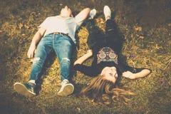 Ładny para odpoczynek plenerowy w lesie Obrazy Royalty Free
