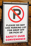Żadny parking w szkolnym udziału znaku fotografia royalty free
