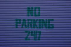 Żadny parking 24-7 znak Obrazy Stock