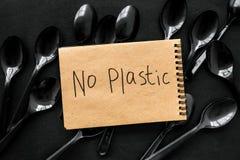 ?adny plastikowa kopia Eco zakaz s?dowy na i poj?cie u?ywamy plastikowy flatware na czarnego t?a odg?rnym widoku fotografia stock