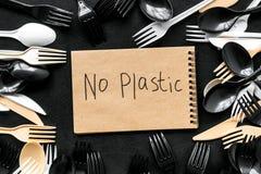 ?adny plastikowa kopia Eco zakaz s?dowy na i poj?cie u?ywamy plastikowy flatware na czarnego t?a odg?rnym widoku zdjęcia stock