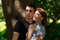 Ładny potomstwo pary obejmowanie Fotografia Stock