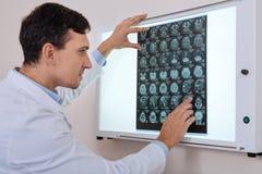 Ładny przyjemny onkolog patrzeje radiograph Obrazy Stock