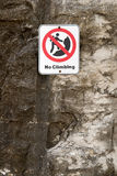 Żadny Rockowego pięcia niebezpieczeństwa znak na falezie Fotografia Royalty Free