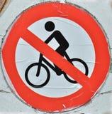 Żadny rowery Pozwolić znaki Czerwony drogowy znak z rower ikoną obdzierającą Fotografia Royalty Free