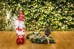 Ładny Santa Claus obok niektóre ornamenty Obrazy Stock