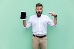 Żadny sposób! Online zakupy Biznesmena mienia ręki kredytowa karta z, pastylka i patrzeć szokującą twarz obrazy royalty free