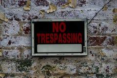 Żadny Trespassing znak na Zakłopotanym ściana z cegieł Obrazy Stock