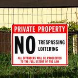 Żadny trespassing znak przed własnością prywatną Zdjęcie Stock