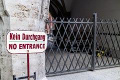 Żadny wejściowy znak obok zakazującego korytarza outside Zdjęcie Stock