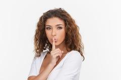 Żadny więcej słowo. Piękne młode kobiety trzyma jej palec na wargach w Zdjęcie Royalty Free