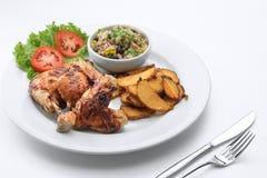 Ładny yummy grilla kurczak na bielu plecy zdjęcie stock