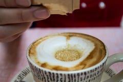 Adoçante que põe no copo de café Fotografia de Stock Royalty Free