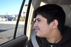 Ado appréciant un voyage de voiture Images libres de droits