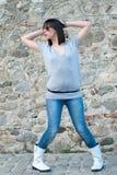 Ado avec du charme dans la pose occasionnelle contre un mur de roche Photos libres de droits