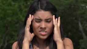Ado avec le mal de tête ou la confusion banque de vidéos