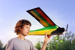 Ado avec les avions modèles radioguidés faits maison Image libre de droits