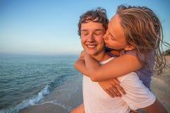 Ado de sourire heureux de couples d'été Photos libres de droits