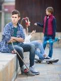 Ado et ses amis après conflit dehors Photographie stock libre de droits