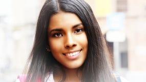 Ado femelle hispanique de sourire Images libres de droits