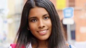 Ado femelle hispanique de sourire Image libre de droits