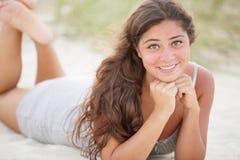 Ado heureux sur la plage image stock