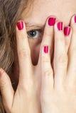 Ado jetant un coup d'oeil des doigts de thorugh Photos libres de droits