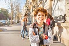 Ado marchant autour des rues avec des amis Image stock
