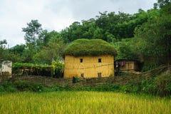 Adobe-ähnliche dickwandige Häuser ha Nhi der ethnischen Minderheit mit Nebel in Y Ty, Lao Cai-Provinz, Vietnam Stockfotos