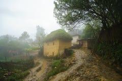 Adobe-ähnliche dickwandige Häuser ha Nhi der ethnischen Minderheit mit Nebel in Y Ty, Lao Cai-Provinz, Vietnam Stockbild