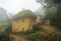 Adobe-ähnliche dickwandige Häuser ha Nhi der ethnischen Minderheit mit Nebel in Y Ty, Lao Cai-Provinz, Vietnam Stockfotografie