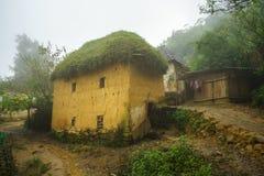 Adobe-ähnliche dickwandige Häuser ha Nhi der ethnischen Minderheit mit Nebel in Y Ty, Lao Cai-Provinz, Vietnam Lizenzfreies Stockfoto