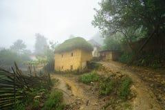 Adobe-ähnliche dickwandige Häuser ha Nhi der ethnischen Minderheit mit Nebel in Y Ty, Lao Cai-Provinz, Vietnam Lizenzfreie Stockbilder