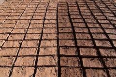 Adobe-bakstenen die in de zon voor bouw die in Ouarzazate drogen een patroon vormen stock foto's