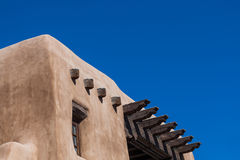 Adobe byggnad med blå himmel Arkivbild