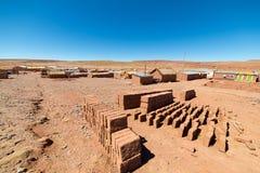 Adobe-Dorf auf den desertic Andenhochländern in Bolivien Stockfotografie