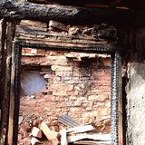 adobe et maison en bois brûlée Image stock