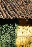 Adobe Feld-bauen Wanddachfliesen auf Stockfoto