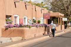 Adobe-Gebäude auf Canyon Road in Santa Fe, New Mexiko Stockbild