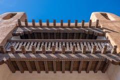 Adobe-Gebäude mit Balkon und geschnitzten Strahlen Lizenzfreies Stockbild