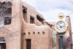 Adobe-Gebäude in Santa Fe, New Mexiko mit einzigartiger Uhr Lizenzfreie Stockfotos