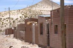 Adobe-Häuser auf Bolivianer Altiplano mit Andenberg, Bolivien Lizenzfreie Stockfotos
