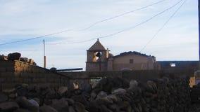 Adobe-Häuser und Kirche des Dorfs von Chatahuana, Uyuni - BO Stockbild