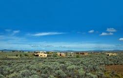 Adobe-Häuser unter sagebrush Stockfoto