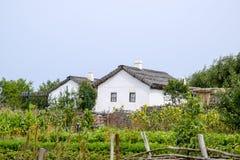 Adobe-Hütte mit einem Dach von Schilfen Wohnsitz-Kosakefamilie Lizenzfreie Stockbilder