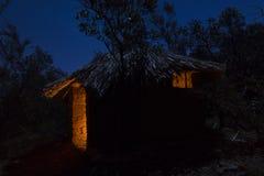 Adobe-Hütte mit Strohdach nachts Stockfotos