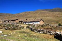 Adobe-Haus in den Andenbergen von Peru Lizenzfreie Stockfotos