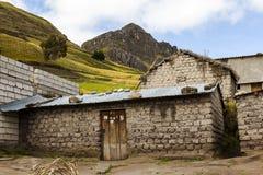 Adobe-Haus mit einem Zinkdach um Zumbahua Lizenzfreie Stockfotos